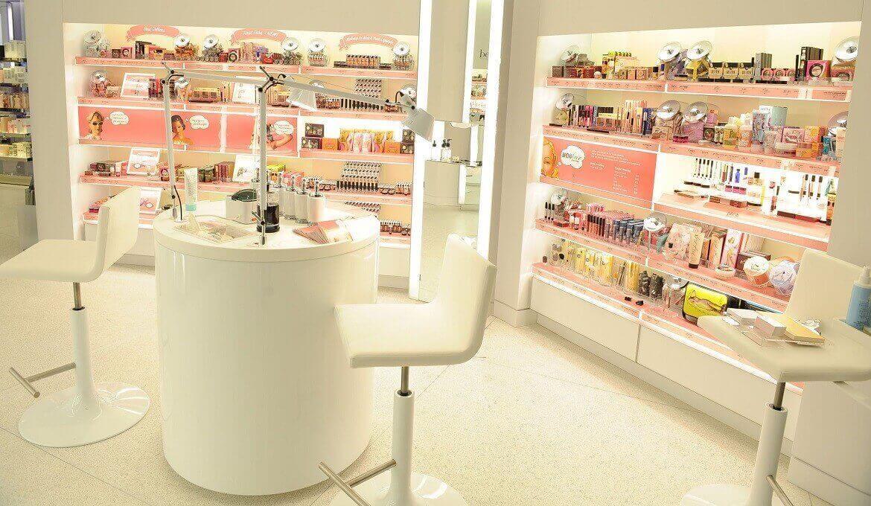 """Nhu cầu làm đẹp, trang điểm của phái đẹp đang ngày càng gia tăng giúp mỹ phẩm trở thành mặt hàng vô cùng """"hot"""""""